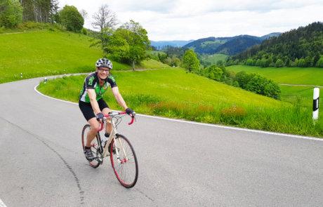 Schwarzwaldpanorama mit Rennradfahrer