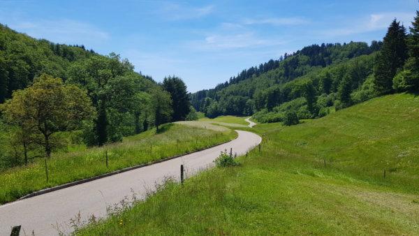 Ruhige Rennradstraße Richtung Käsacker