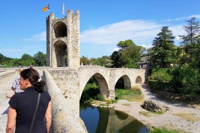 Brücke und Stadttor bei Besalu