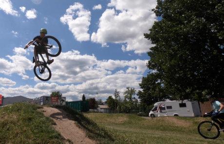 Finger Maager springt mit dem Dirtbike